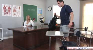 Сочная и горячая милфа училка соблазняет своего ученика