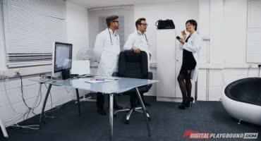 Два доктора решили оттрахать сочную красотку во время приёма