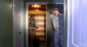 Военный хочет секса, а Лиза не может ему отказать