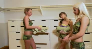Военные лесбияночки решили устроить тройничок