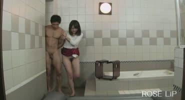 Молодые японки в ванной насладили мужичка сексом фемдом