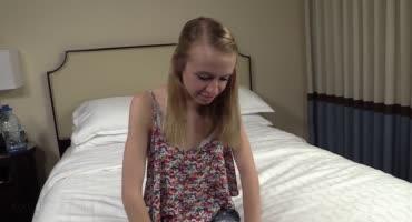 На восемнадцатилетие брат пихает в щель своей сестренке