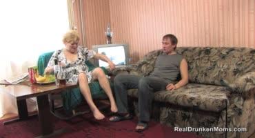 Пожилая женщина по пьяни отсасывает своему другу