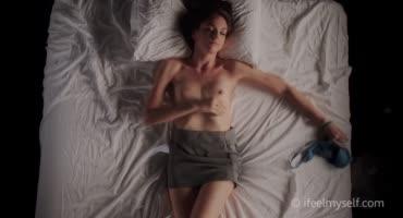 Сексуальная девушка мастурбирует, мечтая о своем друге