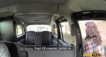 Таксист выпорол свою зрелую пассажирку на заднем сидении
