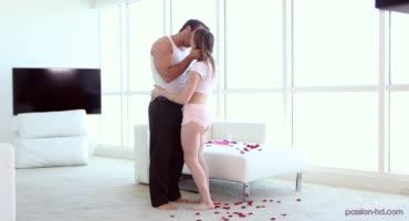 На усыпанной лепестками роз кроватке парочка занималась сексом
