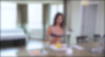 Подруга с утра готовит парню завтрак и дает опробовать свою киску на вкус