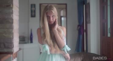 18-летняя блондинка испытывает оргазм, мастурбируя свою киску
