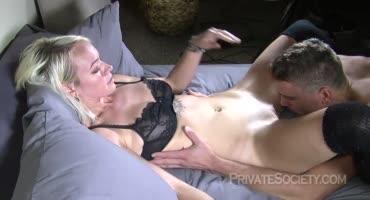 Домашная сексуашка посасывает большой член и прыгает на нём