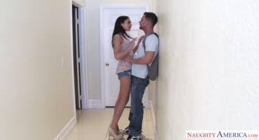 Заманивает домой друга и пристаёт к нему, пока тот её не трахнет