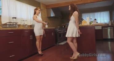 Две подруги на кухне отлизывают друг у друга
