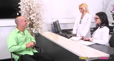 Озабоченные медсестры отсосали член лысому мужику и страстно трахнулись с ним