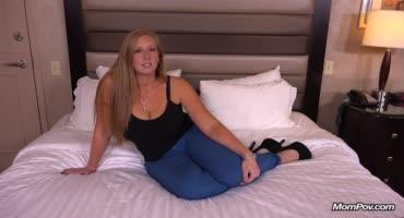 Зрелая блонда успешно пробивается в порно-бизнес