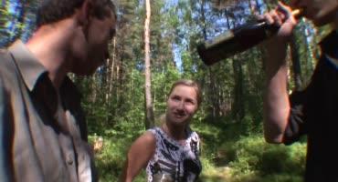 Толпа мужиков в лесу оттарабанили одну шкуру
