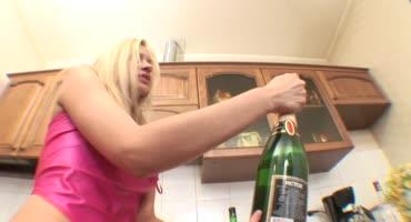 Пьяные русские трахнули молоденькую шлюшку на кухне