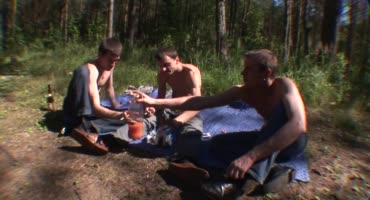 Девушку напоили в лесу и трахнули три пьяных мужика
