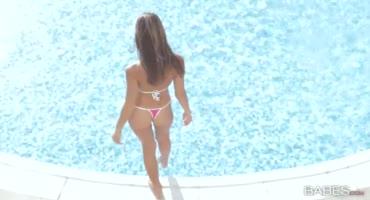 Стройная девушка после купания в бассейне трахается с парнем