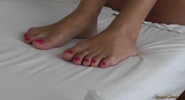 Грудастая распутница нежится на кровати перед сексом с муженьком