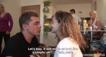 Молодые парни и девушки собрались в одной квартире чтобы хорошо потрахаться