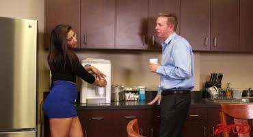 Жопастая молоденькая красотка Абелла Дэнжер на кухне трахается с рыжим мужиком
