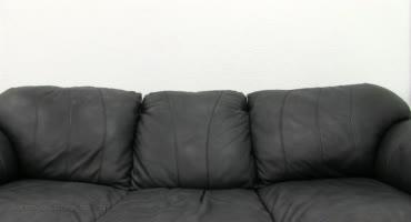 Блондинка оказалась на диване где её успешно отымели на камеру в первый раз
