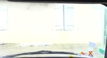 Блондинка присела к мужику в машину и он захотел трахнуть её попку