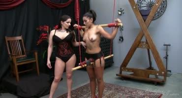 Госпожа извращается над своей сексуальной рабыней