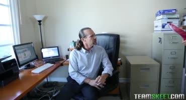 Зрелый мужчина жестко имеет жопу красотки в служебном кабинете