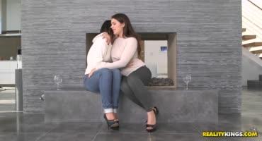 Пьяненькие сучки занялись лесбийским сексом