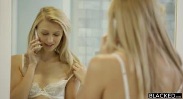 Огромный болт негра уничтожает худую киску блондинки