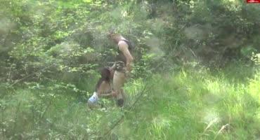 Милая девка отсасывает парню на природе крупным планом