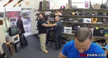 Полицейскую дамочку трахнули на столе спустив сперму на лицо