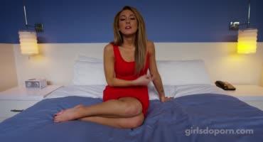 Красивая девчуля отдается пареньку на кровати