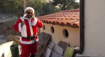 Темнокожий Санта накормил спермой милую латинку