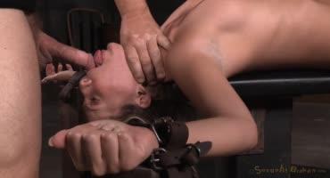 Девушка легла на стол и два парня по жесткому оттрахали ее
