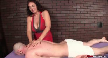 Возрастная массажистка соблазнилась членом клиента
