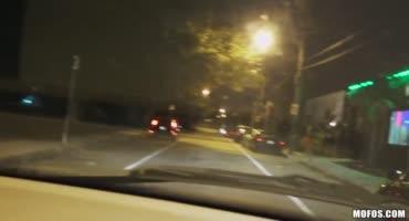 Блондинка ночью пыталась добраться домой и незнакомец подвез ее на машине