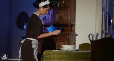 Хозяин дома трахает на столе свою служанку