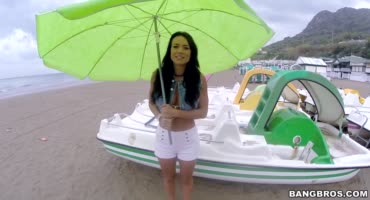 Франческа Джеймс гуляет по пляжу и видит большой стояк
