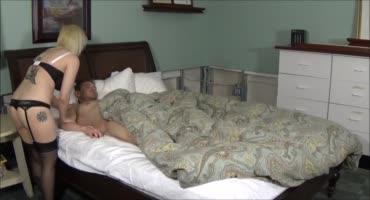 Пикантная женушка оседлала член супруга пока он спал