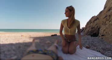 Блондиночка довольно неплохо повеселилась на пляже