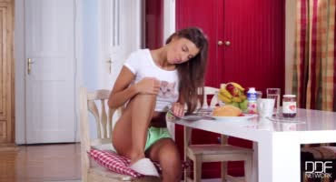 Юная кокетка познаёт свою сексуальность мастурбируя на кухне