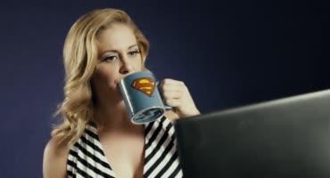 Красивая помощница суперженщины занялась с ней сексом