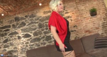 Пышная зрелая блондинка пробует активный секс