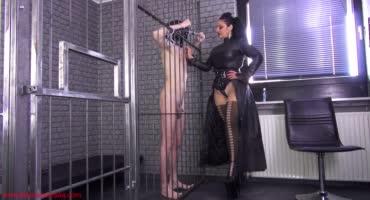 Гламурная дама связала паренька в клетке и дрочит ему