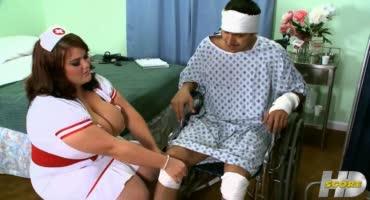 Жирная медсеструха уломала больного пациента наконец трахнуть её