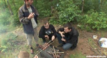 Пьяные русские студенты выбрались на природу, чтобы там устроить оргию