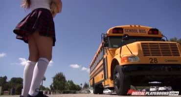 На глазах у одноклассников трахнул подругу в автобусе
