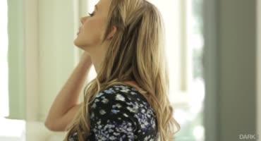 Негр поставил раком блондинку и трахнул ее дырку
