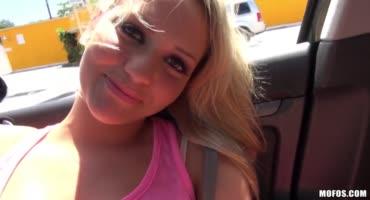 Сексапильная блондинка ласкает себя в машине, а после делает минет парню